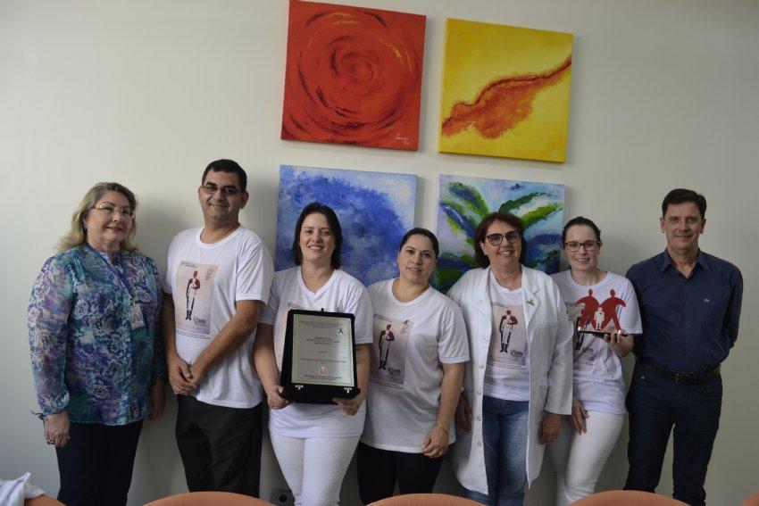 Equipe da CIHT ladeados pela diretora-técnico administrativa Vanda Vitória Carneiro de Santana e o superintendente Aristeu de Almeida Camargo Filho